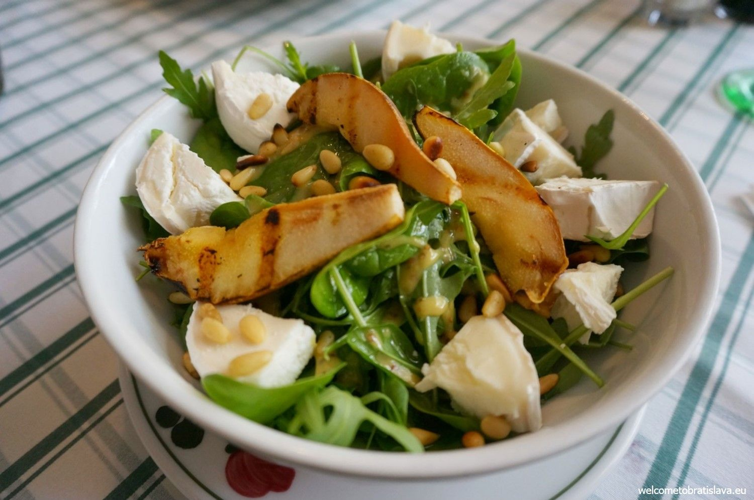 Salad with goat cheese, grilled pears, pine nuts and honey & mustard sauce
