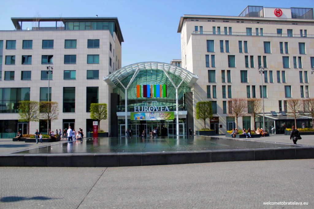 Eurovea: the fountain in the middle of the 2 main buildings