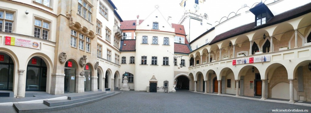 A small courtyard with two different entrances