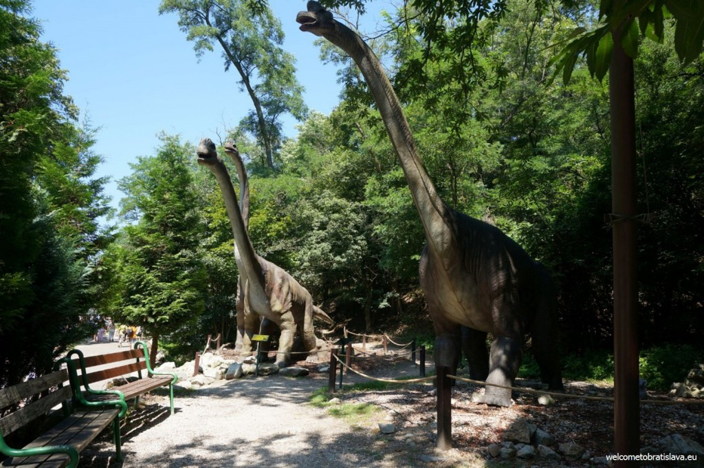 Life-size models of extinct dinosaurs