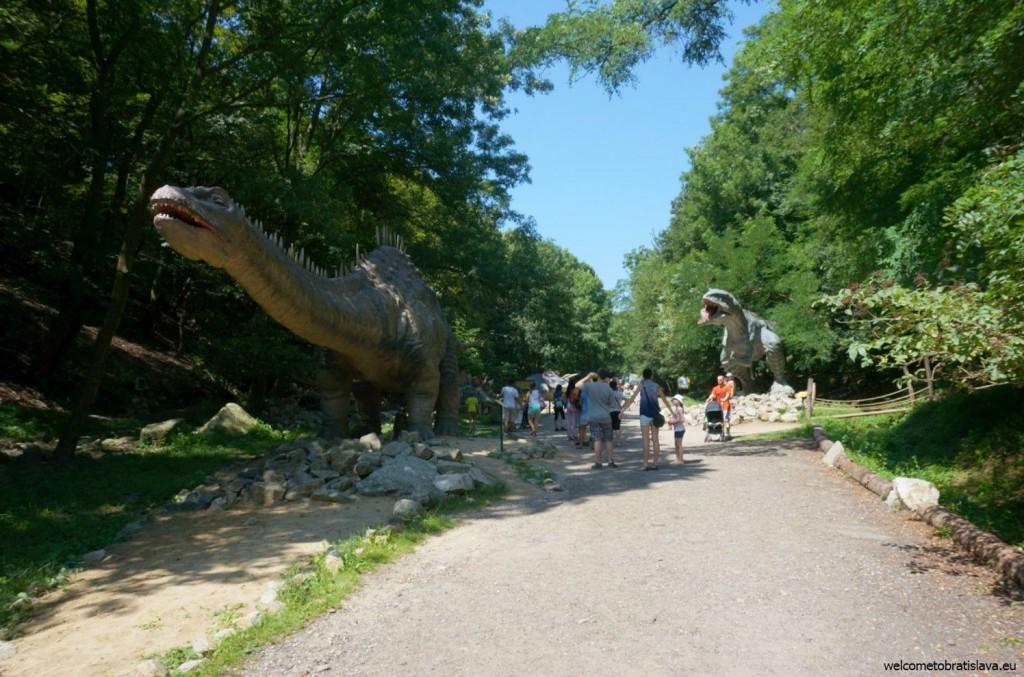 Life-size models of extinct dinosaurs
