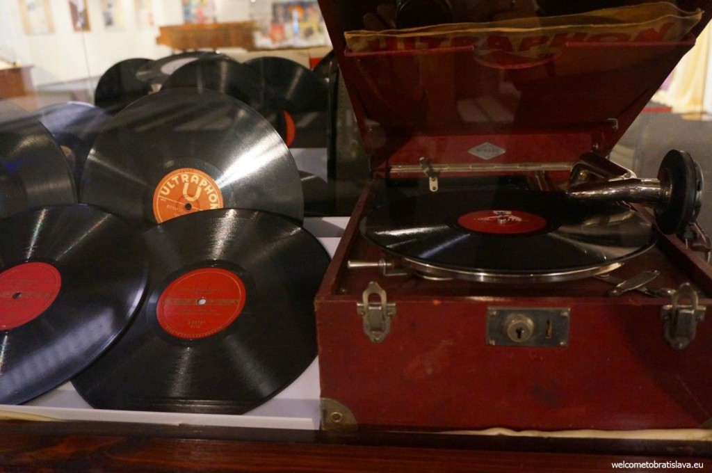 An actual old phonograph