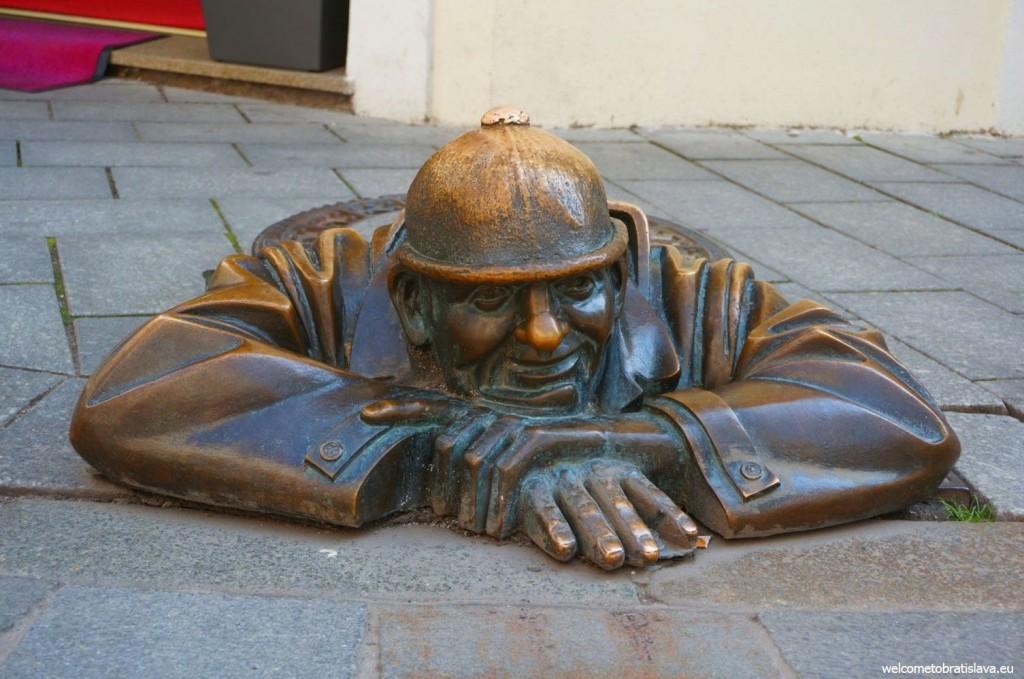 Bratislava statue: Cumil