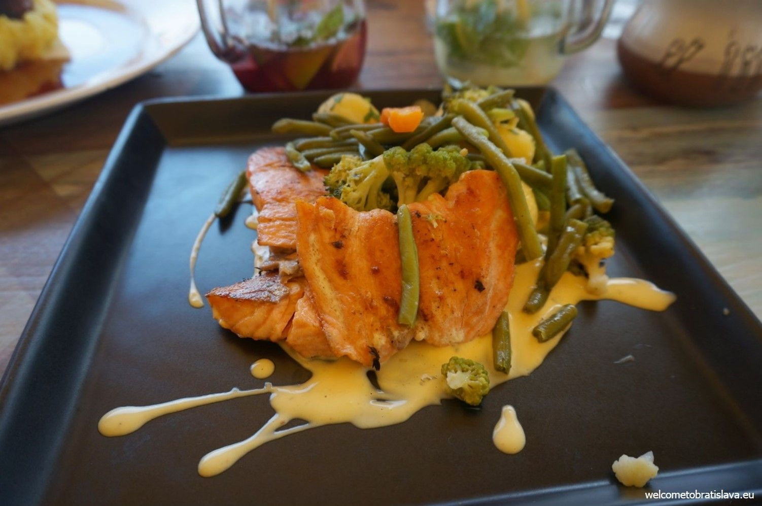 Grilled salmon fillet with Béarnaise sauce