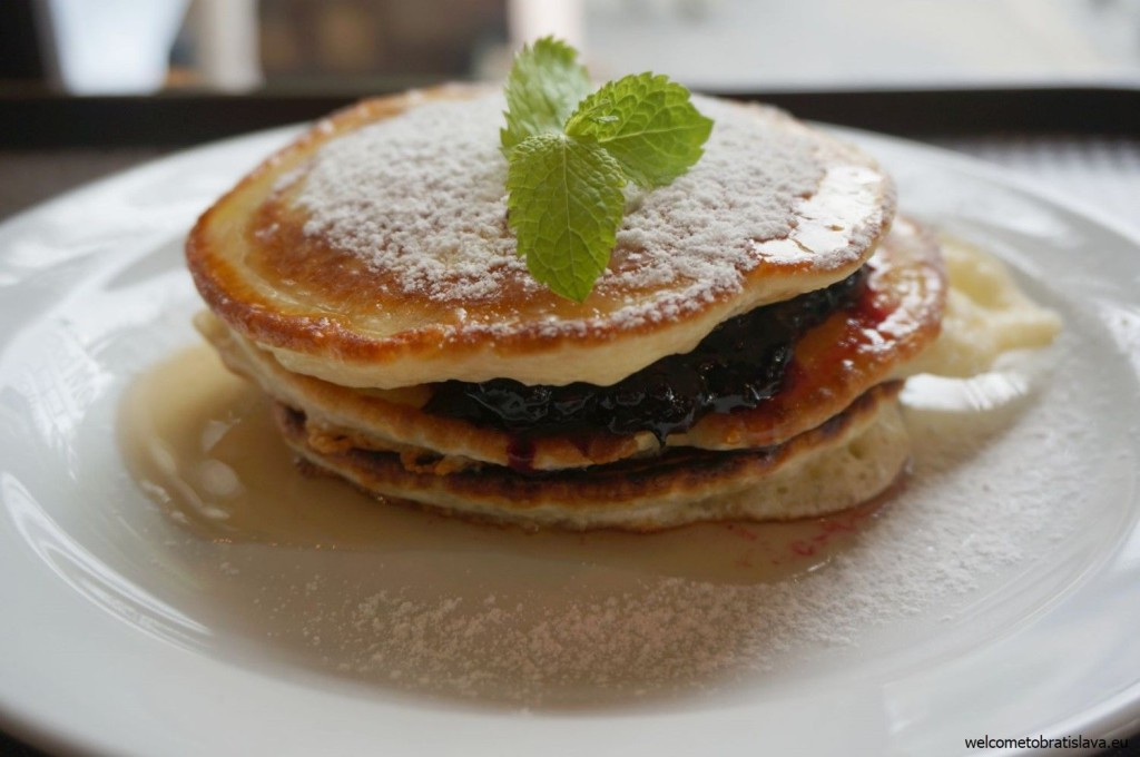 American pancakes with marmalade and maple syrup