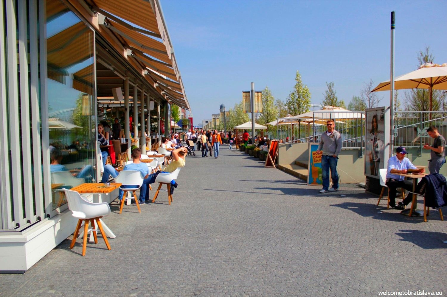 Mercado is located at the Danube bank