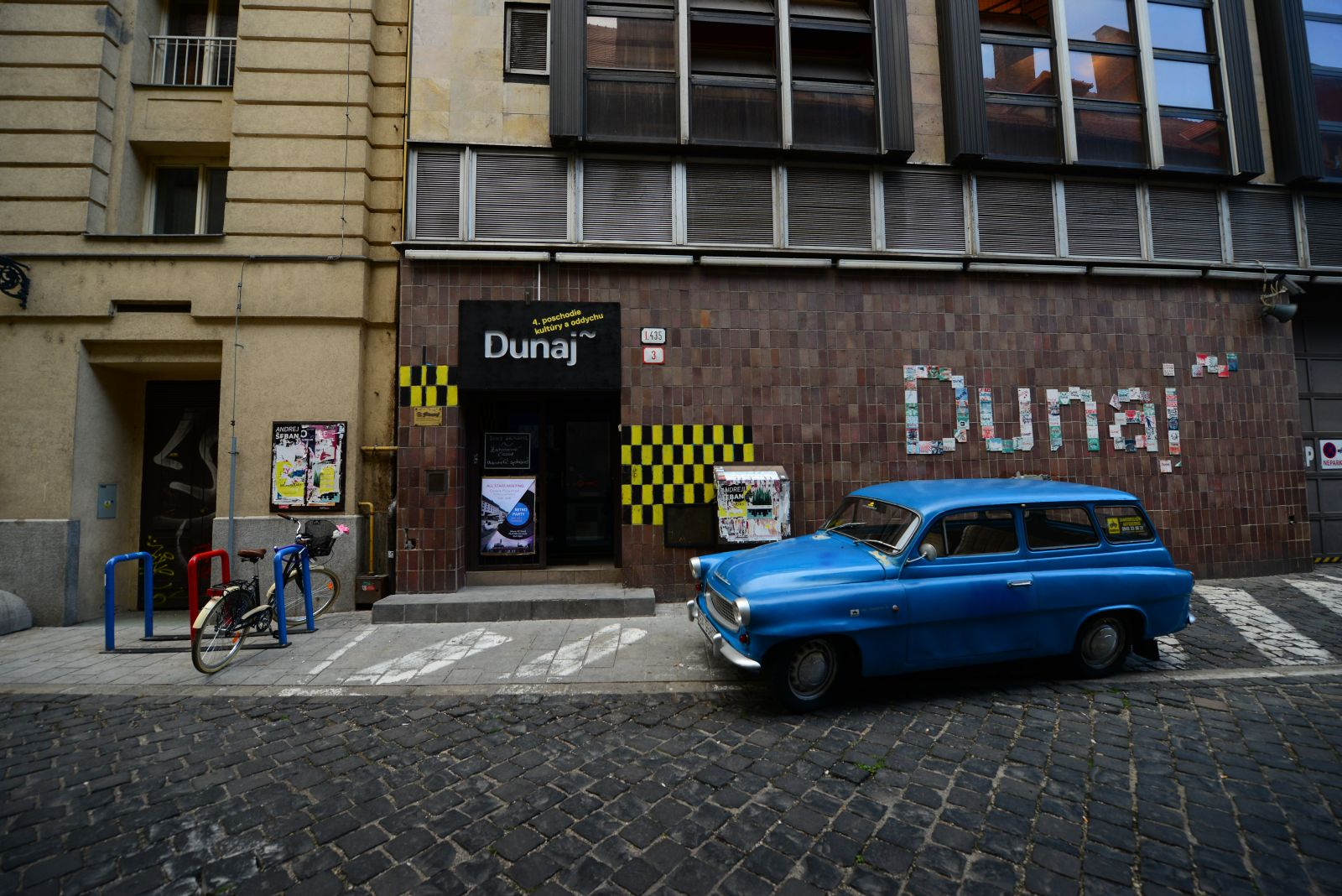 The main entrance to KC Dunaj from the Nedbalová street