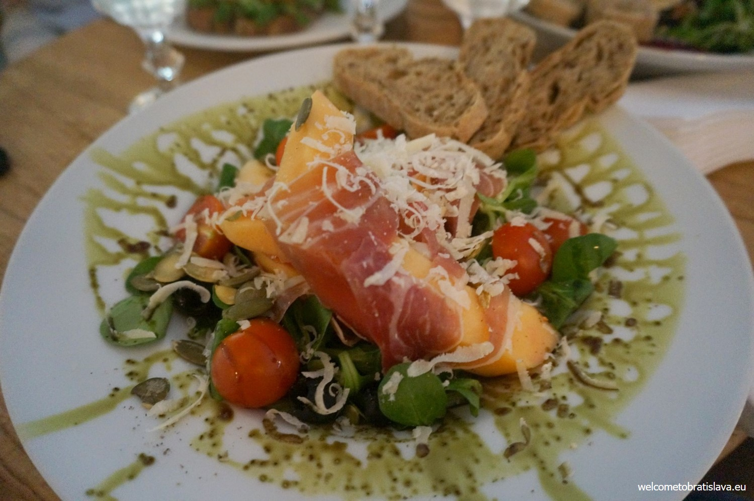 Salad with prosciutto and melon