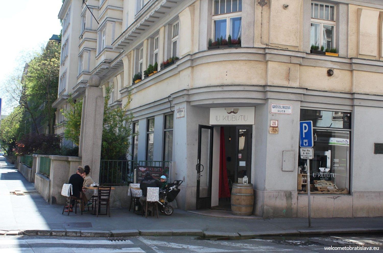 U Kubistu is located on the corner of two streets: Grosslingova and Klemensova.