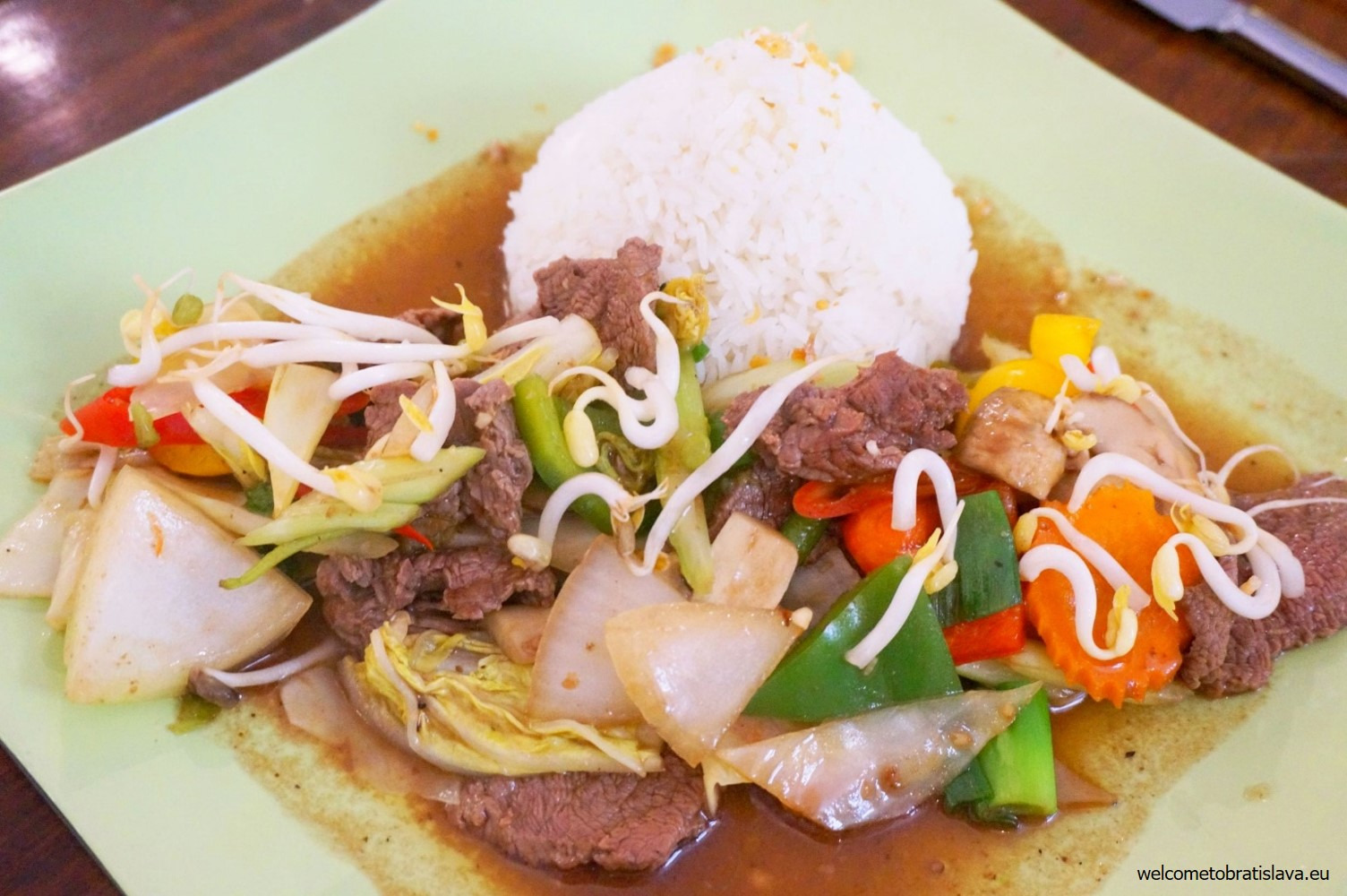 Phad Namahoi (stir-fried beef with oyster sauce and rice)